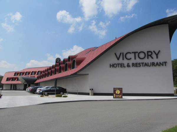 Victory hotel, Signature